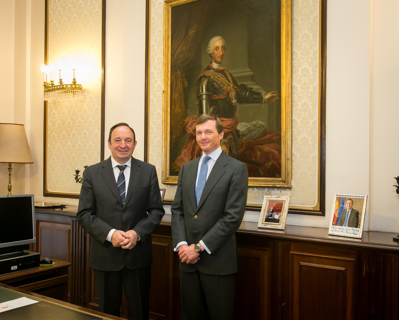 El vicepresidente primero del Senado, Pedro Sanz, recibió al duque de Calabria, Pedro Borbón de las Dos Sicilias, con motivo del aniversario del nacimiento de su antepasado el rey Carlos III.